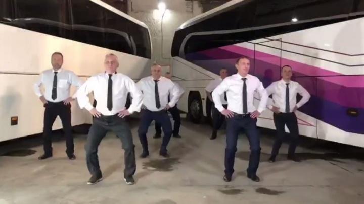 В Екатеринбурге водители автобусов от отчаяния сняли вирусный клип на песню Little Big