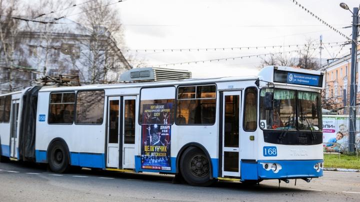 Власти Ярославля объяснили, почему не станут отказываться от рекламы на транспорте
