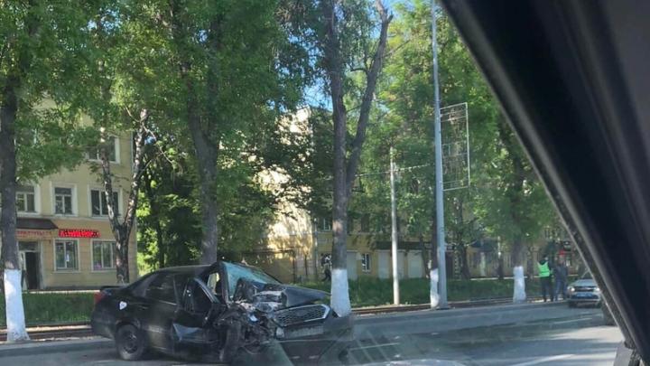 «Машина всмятку»: в Самаре машина Datsun влетела в дерево