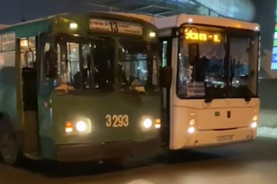 По словам очевидцев, ДТП спровоцировал водитель автобуса