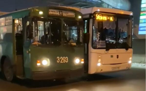 На Речном вокзале столкнулись автобус и троллейбус — авария спровоцировала затор