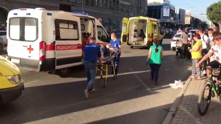Появилось видео, как красный фургон сносит пешеходов на Малышева