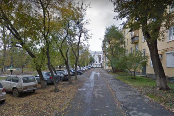 Мужчина напал на ребенка во дворе дома на Героев Танкограда, 102