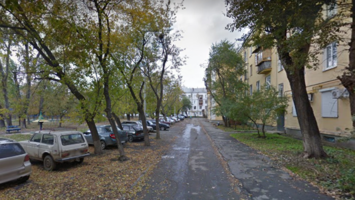 В Челябинске мужчина с ножом напал на семилетнюю девочку