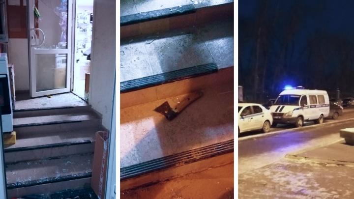 В центре Екатеринбурга мужчина с топором разнес комиссионный магазин