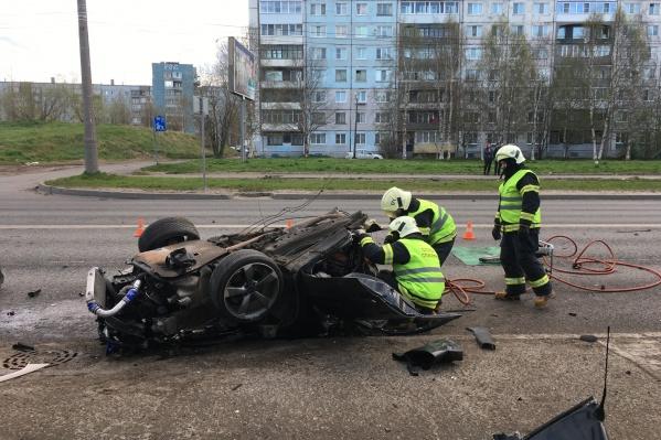 Тело погибшего из автомобиля извлекали спасатели