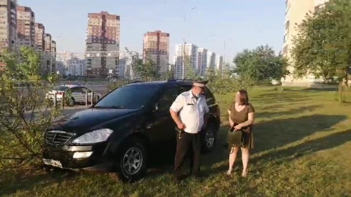 Перегородили путь машиной: в Тюмени врачи скорой поймали пьяную автомобилистку