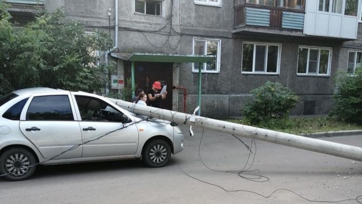 «Водитель чудом остался жив»: в Октябрьском районе на «Ладу Гранту» упал столб