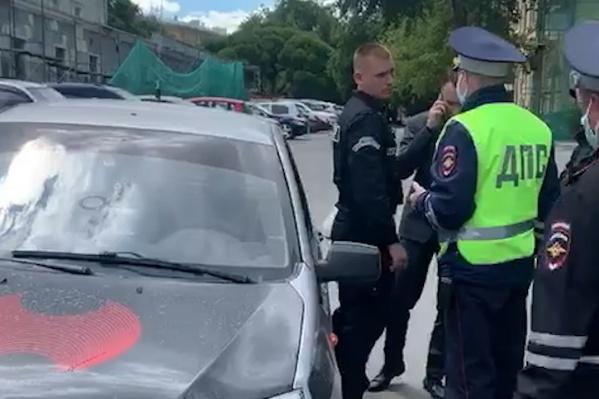 Для разрешения конфликта между сотрудниками мэрии и охранниками приехали полицейские и сотрудники ГИБДД