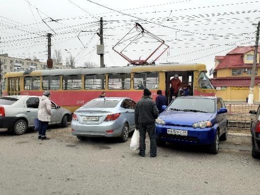 Разъехались по распискам: в Волгограде иномарка скатилась под трамвайный вагон