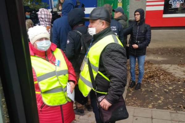 Пассажирам объясняют необходимость ношения масок