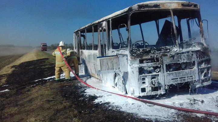 В Ростовской области на трассе сгорел пассажирский автобус
