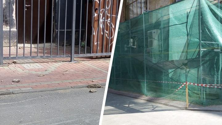 С фасада в центре Новосибирска на головы прохожим посыпались крупные куски штукатурки