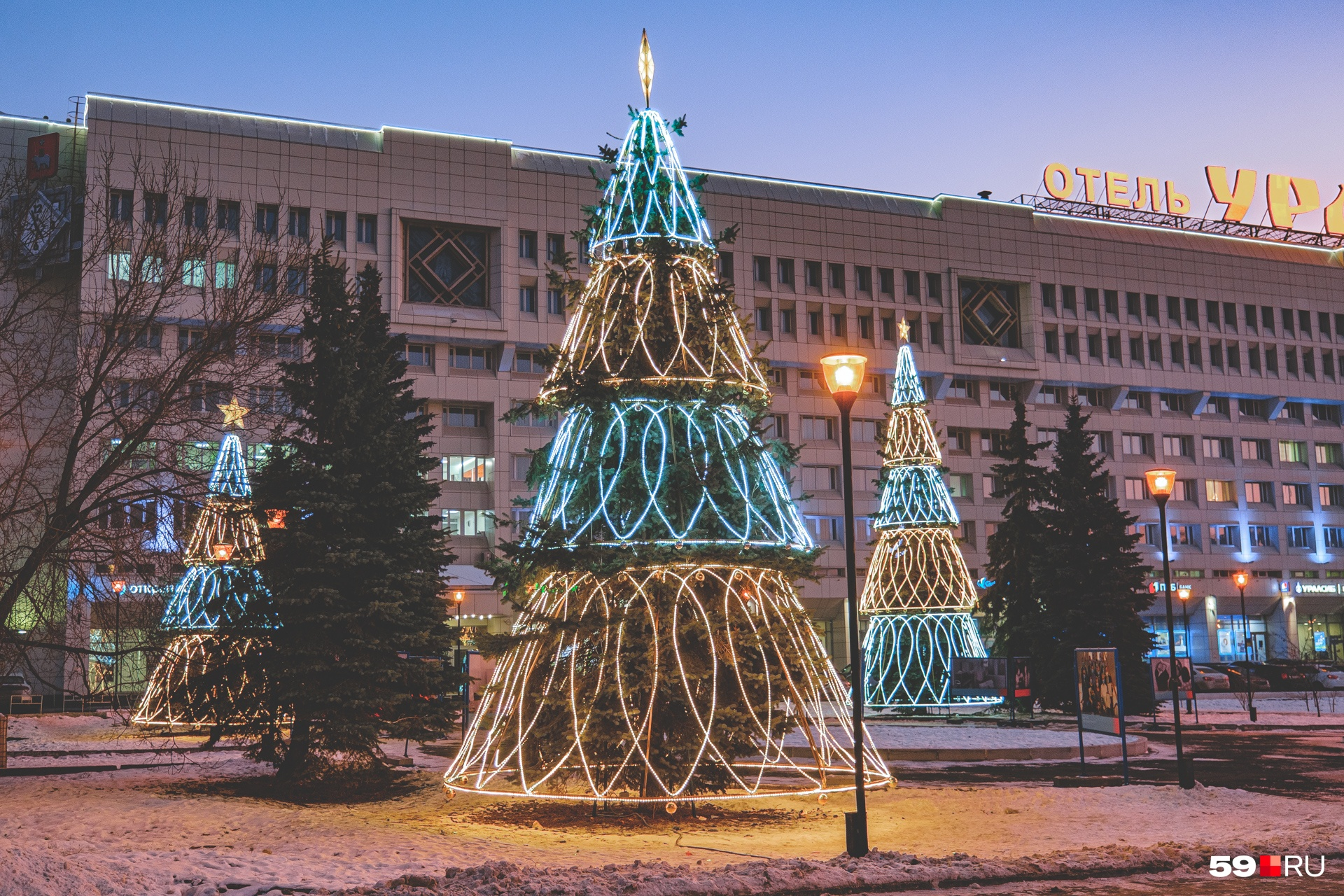 У отеля «Урал» украсили живые ели