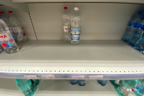Воды в больших емкостях в окрестных магазинах нет<br>