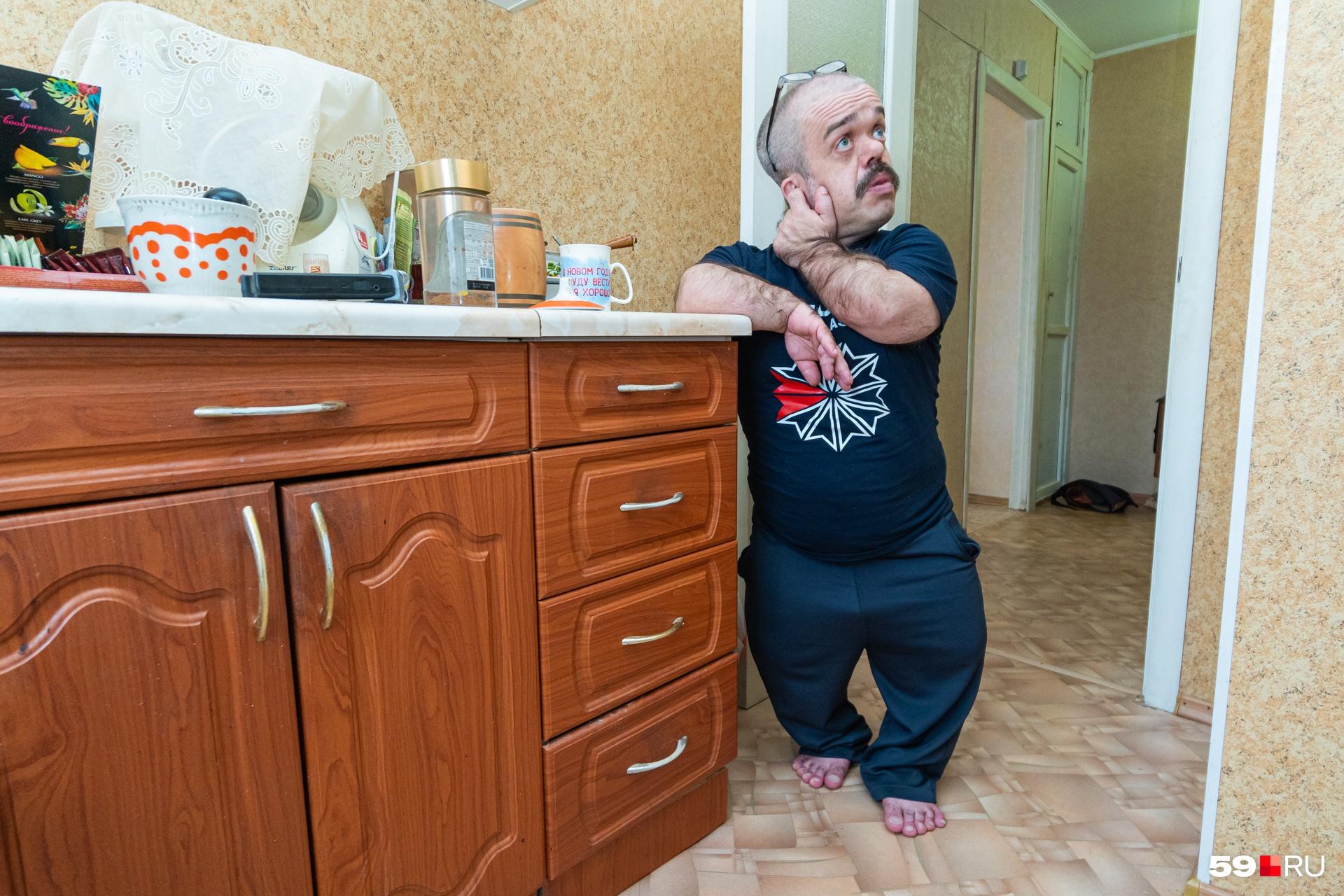 В квартире Алексей все приспособил под свой рост