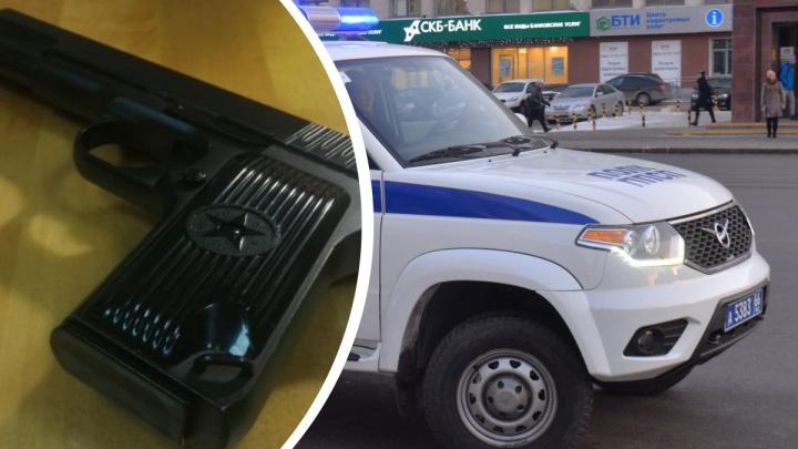 На Урале остановили полицейского на УАЗе, в багажнике которого нашли целый арсенал