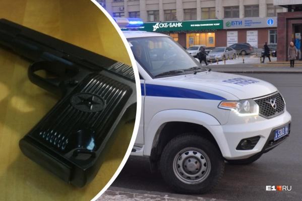В багажнике служебного УАЗа нашли револьвер и пистолет с глушителем