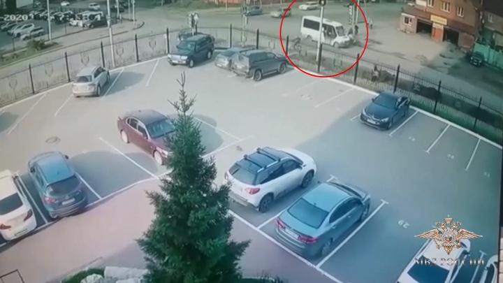 Омский бухгалтер бросилась в погоню за маршрутчиком, который сбил дедушку с внуком