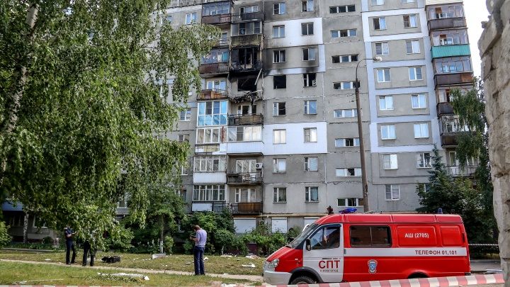 Жильцам взорвавшейся многоэтажки на Автозаводе выплатили более миллиона. Обратно домой не пускают