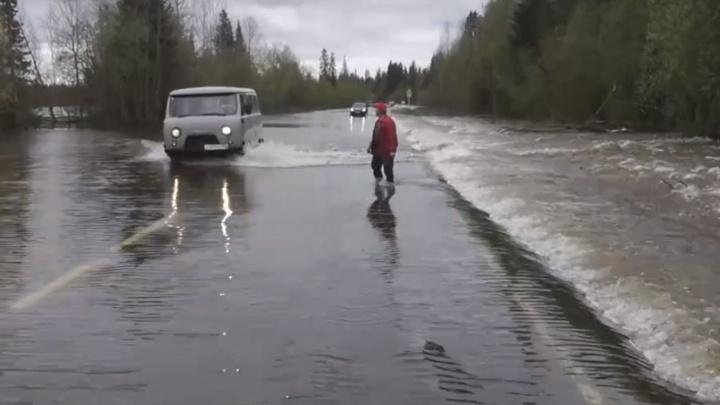 В Прикамье затопило трассу Соликамск — Красновишерск. Видео