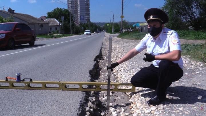 «26 человек уже погибло из-за выбоин, 18 — из-за разметки»: в Волгограде начали измерять глубину ям на дорогах
