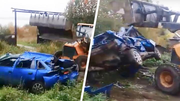 «Димка, ты что творишь, остановись!» На Урале трактор превратил старую иномарку в груду металла