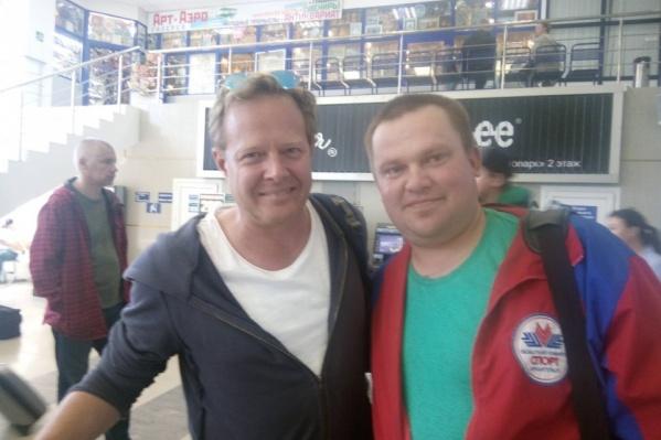 Северяне узнавали Джона Уоррена (слева) даже в аэропорту Архангельска и фотографировались с ним