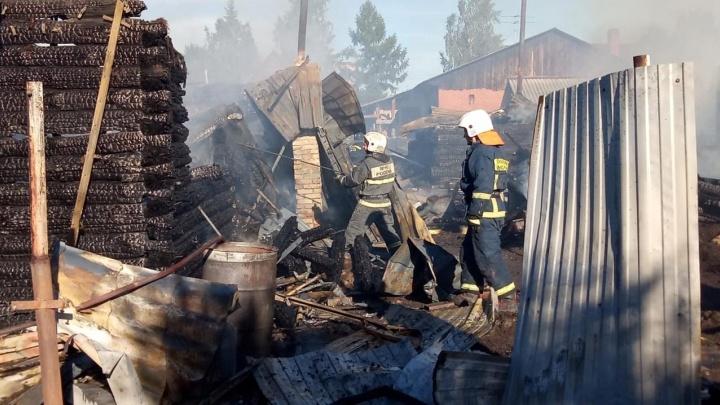 На Первомайке горят три частных дома — внутри есть баллоны с газом