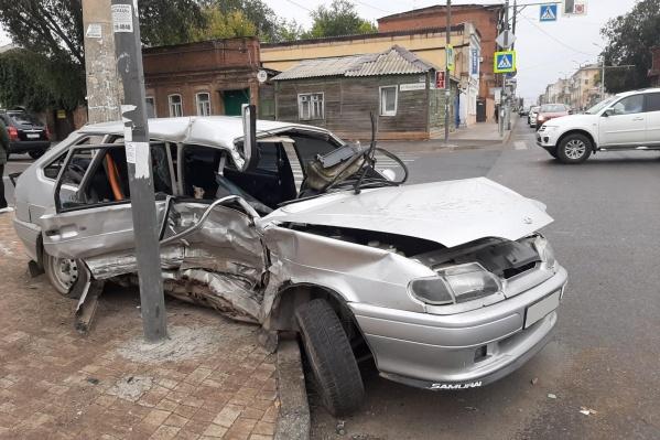Машину отбросило в столб после столкновения