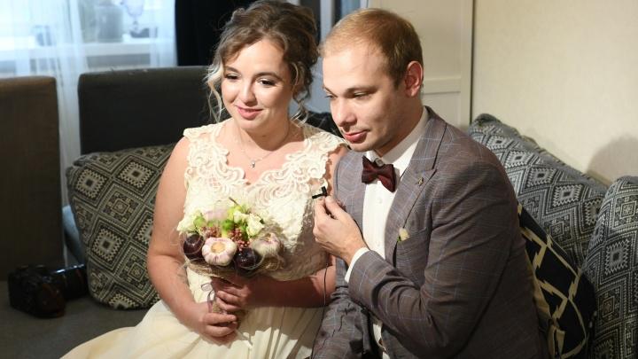 «Женимся уже третий раз»: в Екатеринбурге прошла первая онлайн-свадьба