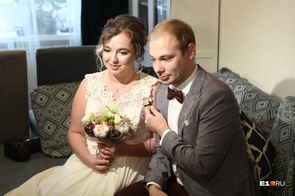 Ребят поженили по видеосвязи