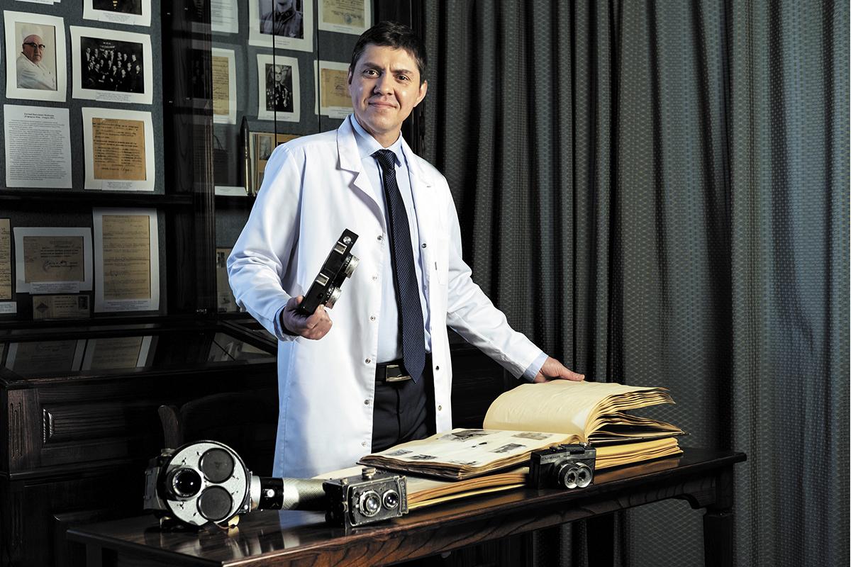 Руководитель центра эндоваскулярной хирургии, врач по рентгенэндоваскулярным диагностике и лечению, кандидат медицинских наук&nbsp;Олег Крестьянинов с&nbsp;видеокамерой и фотоаппаратами Евгения Мешалкина<br>