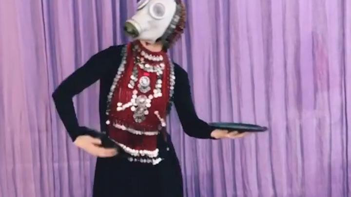 Уфимка ударила башкирским танцем по коронавирусу