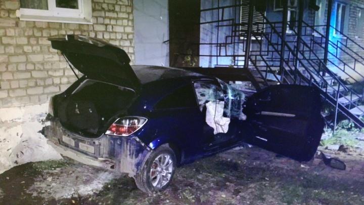 В Балахне легковушка протаранила жилой дом после столкновения с другой машиной