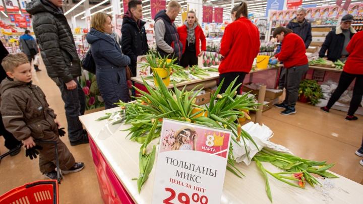 Очереди за букетами и тюльпаны в багажниках: 8 Марта Челябинск накрыл цветочный ажиотаж