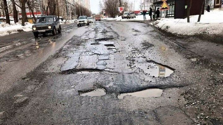 «Снимите асфальт немедленно!»: пермяки пожаловались на разбитую дорогу на улице Карпинского