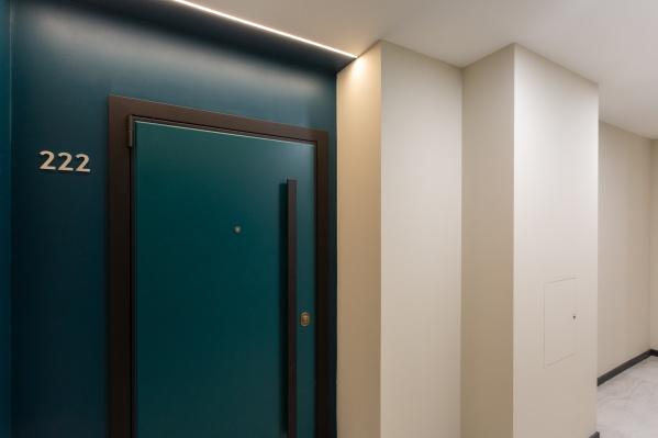 Входы в эти квартиры отличаются от тех, что на остальных этажах