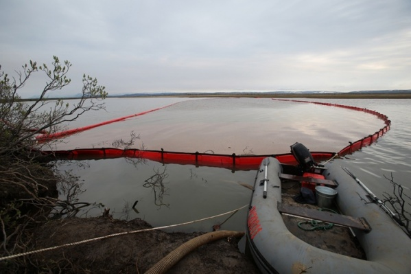 Сбор разлившегося топлива на реке