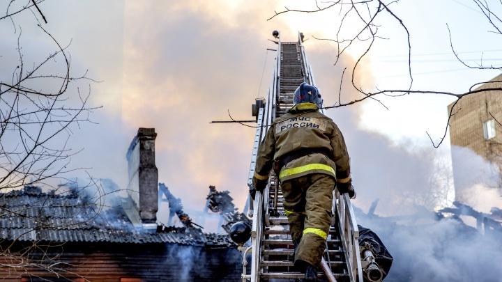 В Ярославской области из горящего дома спасли двух детей: первые подробности