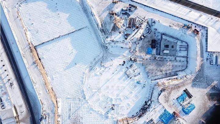 Строители забили последнюю сваю под будущим аквапарком: что сейчас происходит на площадке