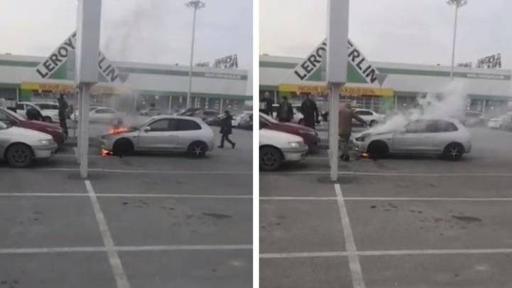 На парковке «Леруа Мерлен» вспыхнул автомобиль — очевидцы сняли видео