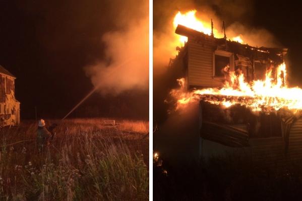 В горящем доме уже несколько лет никто не проживал, но соседний жилой тоже пришлось защищать от огня