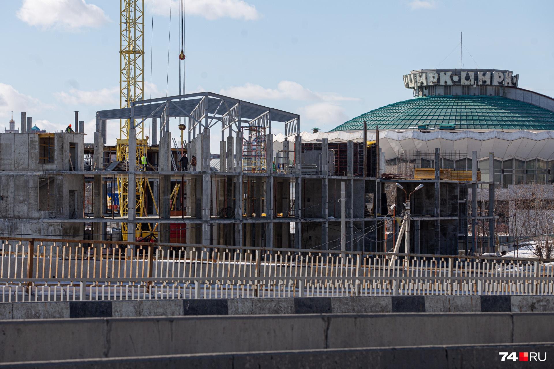Строительство идёт недалеко от развязки, по которой каждый день проезжают тысячи человек