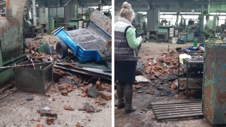 С крыши цеха «Омсктрансмаша» сорвался рабочий