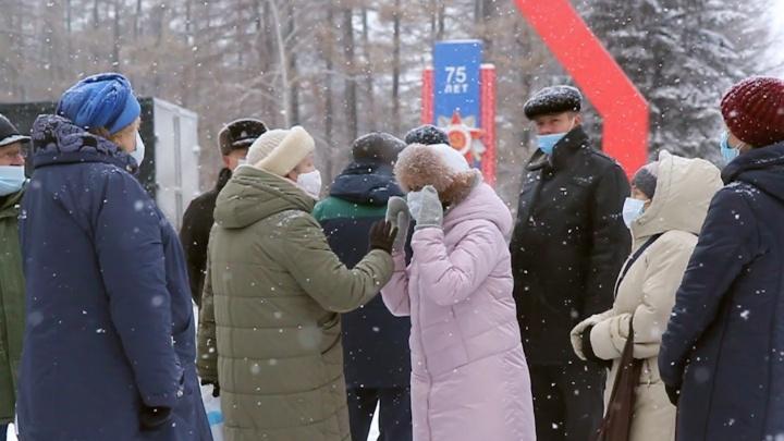 В Уфе жители дома, который огородили шестиметровым забором, встретились с чиновниками