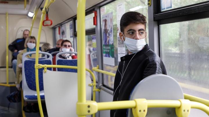 Кондукторов и водителей в автобусах в Архангельске обязали работать в масках