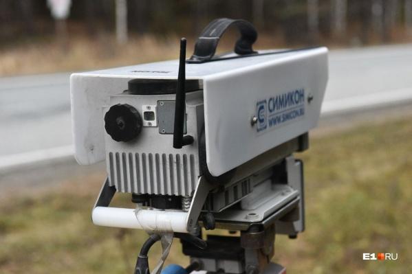 Уральских водителей стали предупреждать знаками о переносных камерах, которые ловят на скорость