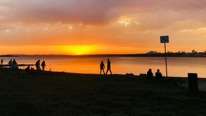 Оранжевое настроение: публикуем лучшие кадры яркого заката над Екатеринбургом