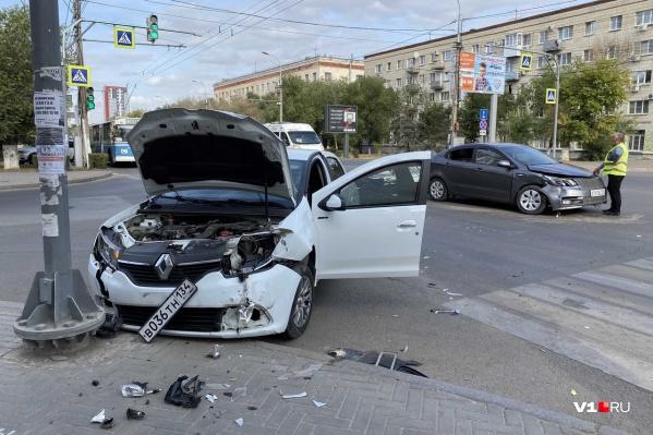 Обе машины оказались сильно повреждены